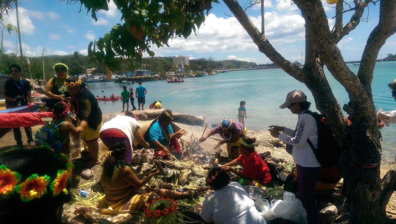 眾多在歌舞及準備食物Pwo儀式飲食的Polowat女人,提醒了Polowat人在關島的存在,他們的數量足以支持歌舞、飲食與儀式在Polowat境外的維續。家鄉與他鄉的分野在流動的海洋世界顯得份外笨拙。