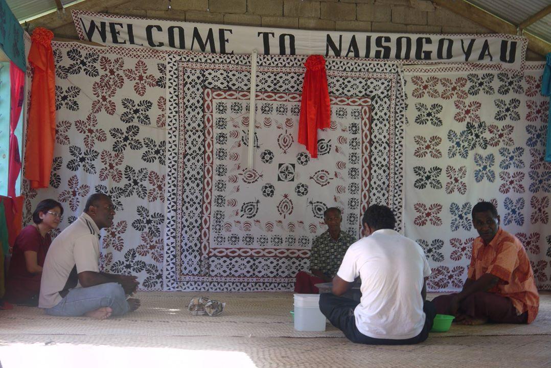 斐濟Naisogovau村落的迎賓儀式(sevusevu),酋長居前方中央。演說酋長為靠牆白衣男子。儀式過程中,酋長未發一語。