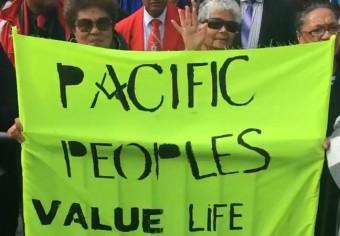 紐西蘭太平洋社群高舉抗議旗幟 Photo: RNZ Pacific / Dominic Godfrey